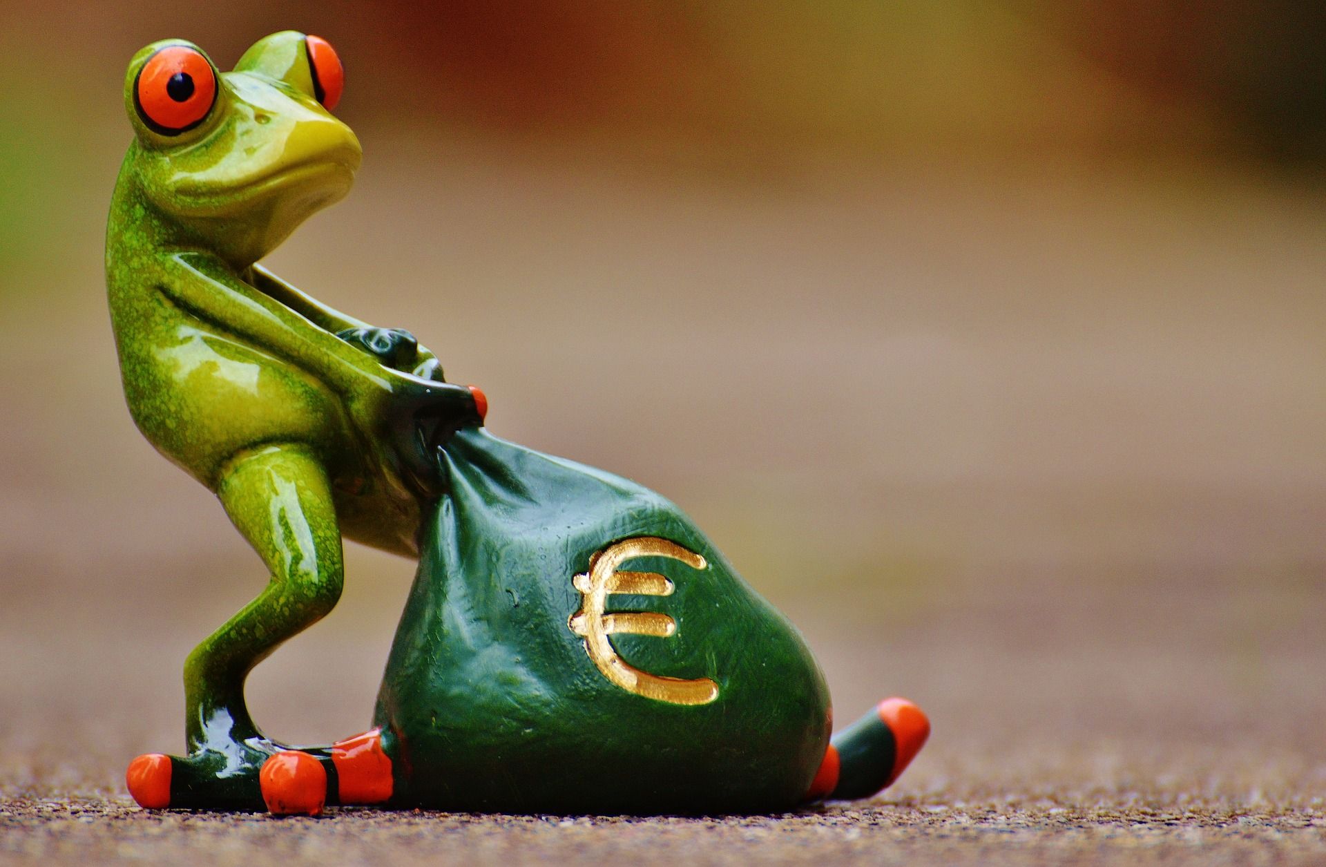 Frog figurine with a bag of money